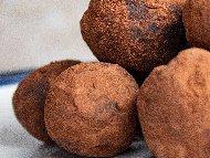 Рецепта Шоколадови трюфели (бонбони) с авокадо и кокос за десерт